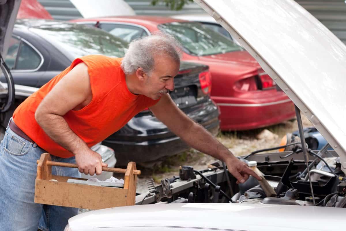 muskarac automobil mehanicar